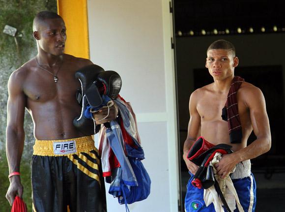 La Cruz y Veitía abandonan el gimnasio en la sesión matutina. Todavía le esperan, como al resto, como cada día, más horas de preparación en la tarde. Foto: Ismael Francisco/Cubadebate.