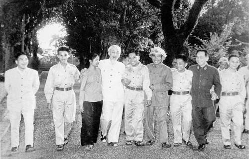 Junto al Presidente Ho Chi Minh y el Primer Ministro sostiene encuentro con delegación del Ejército de Liberación del Sur. 1965