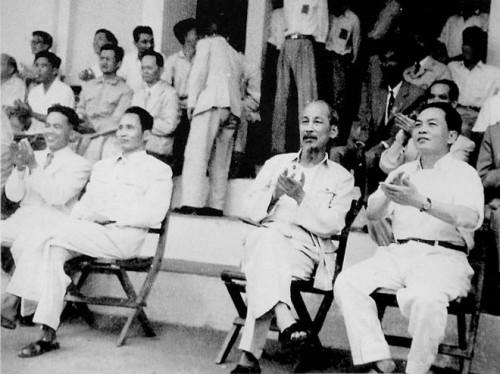 Junto al Presidente Ho Chi Minh y el Primer Ministro  Pham Van Dong en un acto en Hanoi en 1959