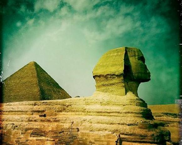 """En Guiza se encuentra la mayor esfinge del mundo, que también es una de las más antiguas. Tiene una altura de 20 metros, y su denominación egipcia significa """"el vigilante""""."""