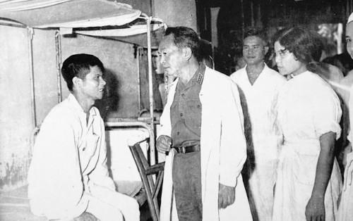 Visitando soldados heridos e inválidos en medio de la guerra contra Estados Unidos y los títeres del Sur. 1969