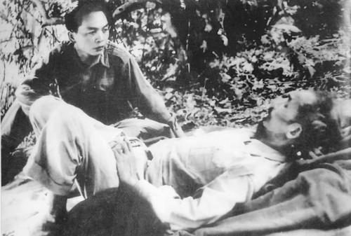 En 1950, camino de las acciones de guerra en la frontera, realiza visita al Presidente Ho Chi Minh