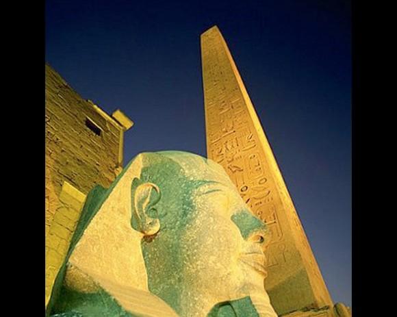 Las esfinges eran consideradas como símbolos de la realeza, y también representaban la vida después de la muerte. En el templo de Luxor, dedicado al dios Amón, se encuentra esta gigantesca esfinge junto al obelisco.