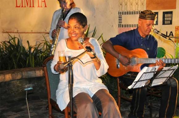 """Marta Campos estrenó un """"bolero cervecero"""" compuesto recientemente por Marta. Foto: Lynet Pujol/ Centro Pablo."""