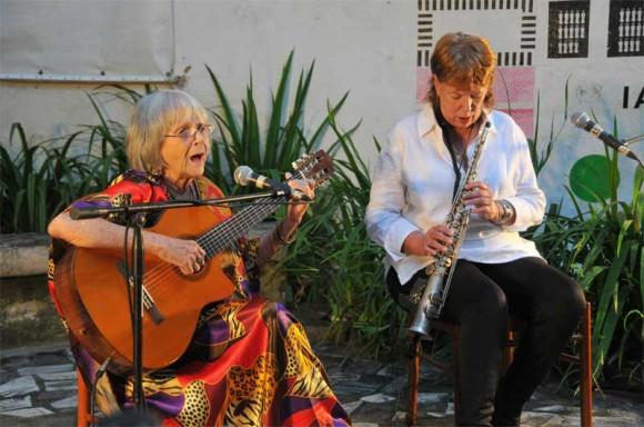"""Con la saxofonista Lucía Huergo, Marta intepretó un clásico de su obra: """"Palabras"""". Foto: Lynet Pujol/ Centro Pablo."""