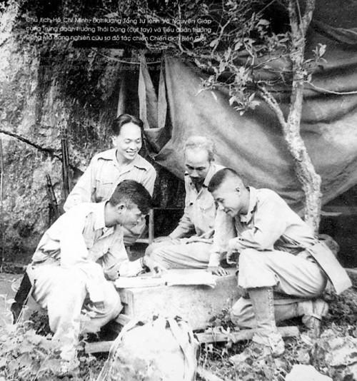 Junto al Presidente Ho Chi Minh y otros dirigentes vietnamitas revisa los detalles de la Campaña en la frontera