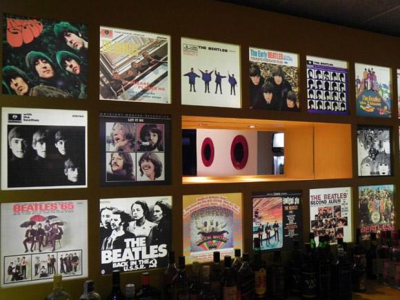 Inaugurado en 2011, el Submarino Amarillo tiene una barra decorada con imágenes de las portadas de los discos de The Beatles. Foto: Archivo/Cubadebate.