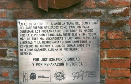 Tarja en el cementerio de La Almudena colocada `por el gobierno de Zapatero. Foto: La pupila insomne.