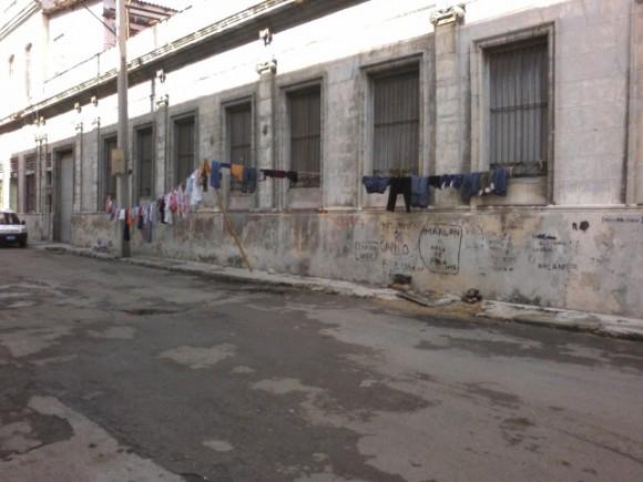 Tendedera en Plasencia y Desagüe, Centro Habana. Foto: Camilo/ Lector de Cubadebate