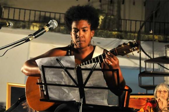 Yusa con el tres trajo una versión instrumental de otra de las grandes composiciones de Marta. Foto: Lynet Pujol/ Centro Pablo.