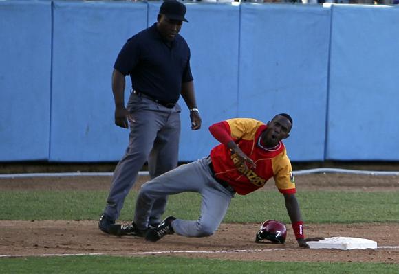 Tamayo fue out en tercera base. Foto: Ladyrene Pérez/Cubadebate.