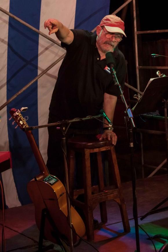 Silvio despide presentando a los músicos que lo acompañan. Foto: Alejandro Ramírez Anderson.