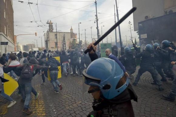 En Nápoles (Italia), Un grupo de estudiantes se enfrenta a varios agentes antidisturbios.
