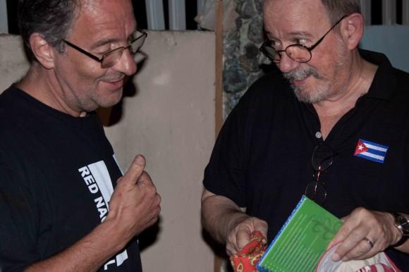 Eduardo le entrega a Silvio presentes de la red de apoyo a Chiapas de Mar del Plata. Foto: Alejandro Ramírez Anderson.