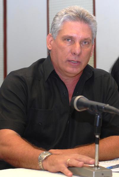 Miguel Díaz-Canel Bermúdez, miembro del Buró Político del Partido Comunista de Cuba (PCC) y Primer Vicepresidente de los Consejos de Estado y de Ministros, interviene durante un encuentro con periodistas, realizado en el estudio 2 de la emisora provincial Radio Angulo, de la ciudad de Holguín, Cuba, el 2 de noviembre de 2013. Foto: Juan Pablo Carreras / AIN.