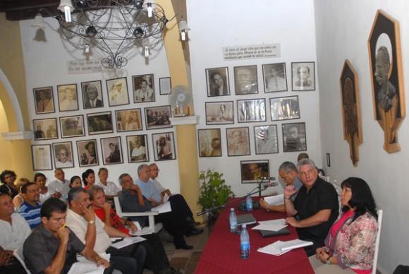Encuentro entre Miguel Díaz-Canel Bermúdez, miembro del Buró Político del Partido Comunista de Cuba (PCC) y Primer Vicepresidente de los Consejos de Estado y de Ministros, con artistas e intelectuales en la sede provincial de la Unión de Escritores y Artistas de Cuba (UNEAC), de la ciudad de Holguín, Cuba, el 2 de noviembre de 2013. Foto: Juan Pablo Carreras / AIN.