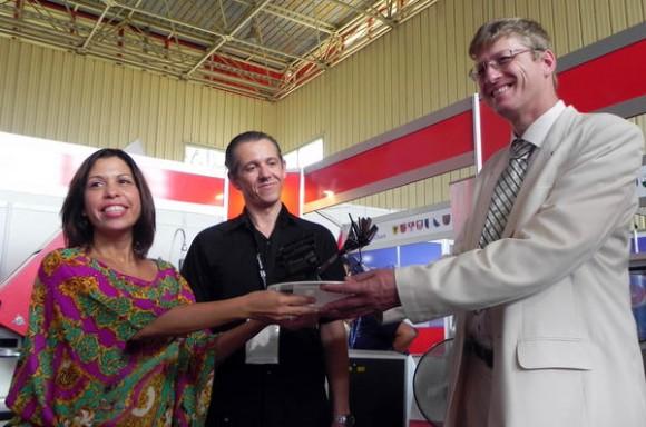La artista de la plástica Liudmila López Rodríguez, entrega una maqueta única de su autoría producida en máquina láser a la firma austriaca Trodat, representada en Cuba por AGOSTINI Gmbh, durante la Feria Internacional de La Habana FIHAV 2013, Cuba, el 7 de noviembre de 2013. AIN FOTO/Tony HERNÁNDEZ MENA/sdl