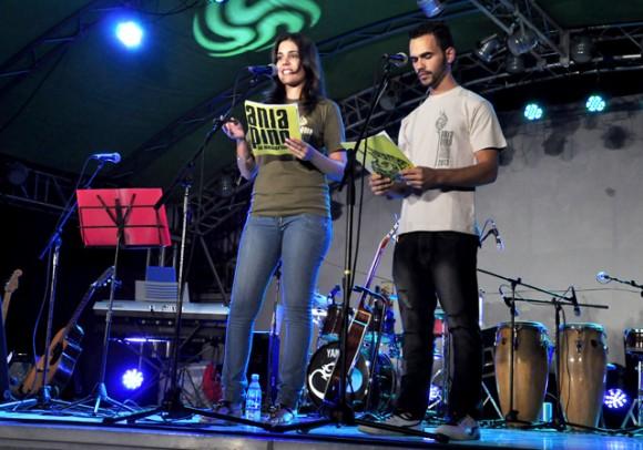 2Dan comienzo a la entrega de los premio. Foto. Roberto Garaicoa. Cubadebate.