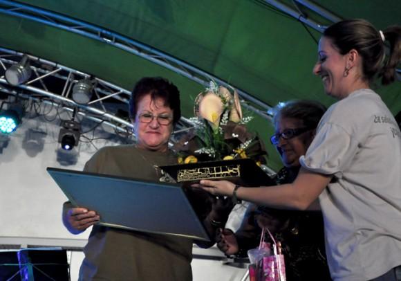 3Madre de Ania Pino recibe sendos regalos otorgados por el concurso Ania Pino Foto. Roberto Garaicoa, Cubadebate