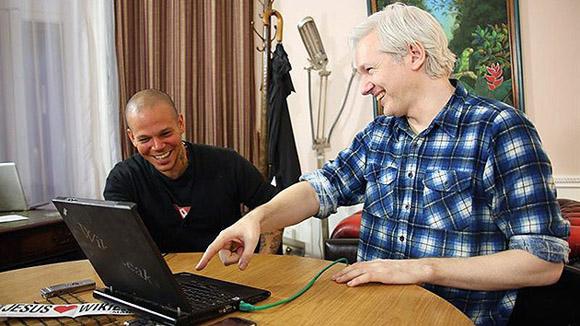El fundador de WikiLeaks, Julian Assange, se reunió con el vocalista de Calle 13, Residente, en junio último, en la embajada de Ecuador en Londres. Foto: Archivo (EFE).