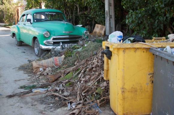 Hace semanas que no pasan a recoger la basura. Foto: Alejandro Ramírez Anderson.
