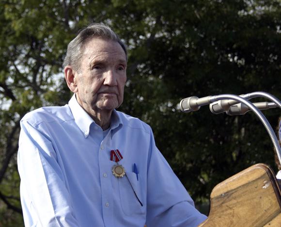 Ramsey Clark le habla al pueblo holguinero tras ser condecorado con la Orden de la Solidaridad. Foto: Daylén Vega / Cubadebate.