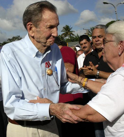 Ramsey Clark saluda a Mirta Rodríguez, madre de Antonio. Foto: Daylén Vega / Cubadebate.