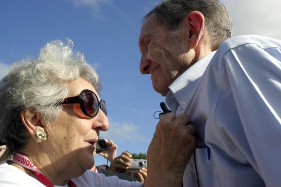 Irma Sewherert, madre de René González, coloca en el pecho de Ramsey Clark la Orden de la Solidaridad. Foto: Daylén Vega / Cubadebate.