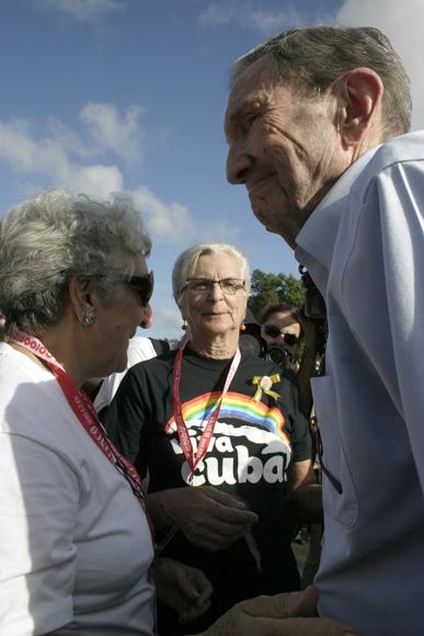 Madres de Los Cinco junto a Ramsey Clark al ser condecorado. Foto: Daylén Vega / Cubadebate.