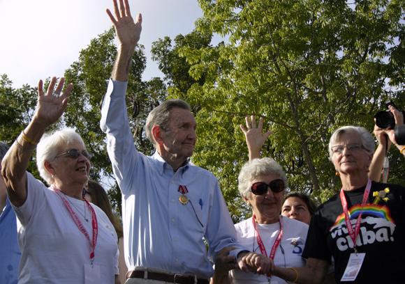 Ramsey Clarke fue condecorado con la Orden dela Solidaridad. Madres de los Cinco le impusieron la condecoración. Foto: Daylén Vega / Cubadebate.