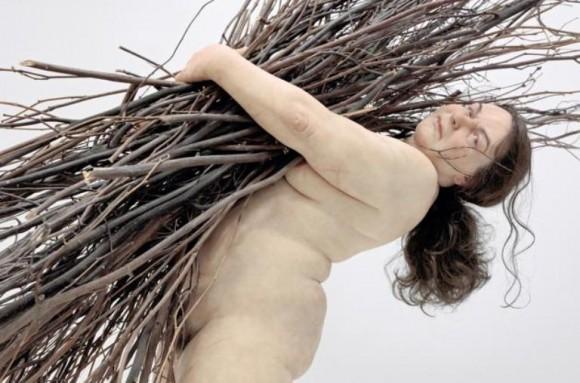 De cerca, las esculturas pueden confundirse con un cuerpo real. De lejos, la escala produce el impacto.