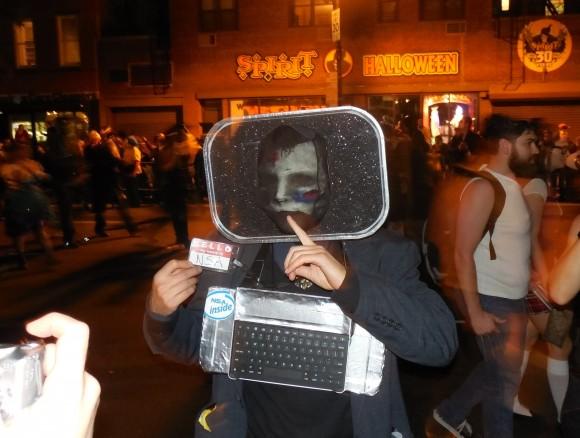 Esta fue tomada ayer 31/10/13 en la noche durante el desfile de Hallowen en la ciudad de Nueva York, como ven el espionaje de la NSA tampoco escapó a la denuncia popular en este contexto festivo. Contribución de Octavio Rodríguez, lector de Cubadebate