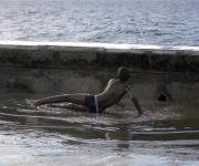 Niño que espera la ola. Foto: Daylén Vega/Cubadebate