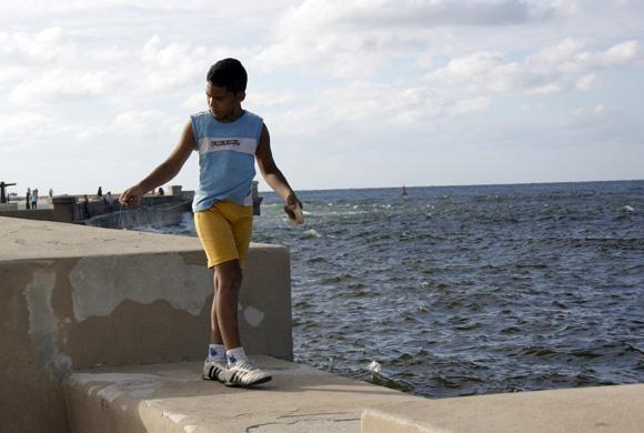 """A ver, así lo hacía mi papá..."" Foto: Daylén Vega/Cubadebate"