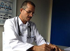 El médico cubano Nelson López en Frei Miguelinho, Pernambuco, Brasil. Foto: Folha de Sao Paulo