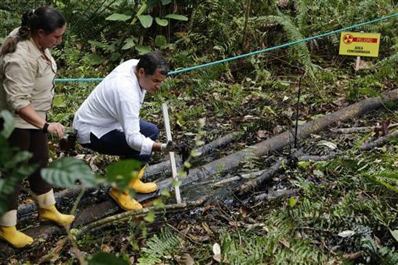 El presidente de Ecuador, Rafael Correa, examina el área contaminada por la explotación petrolera de Chevron. Foto: Archivo.