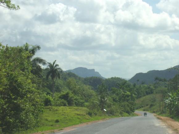 Foto tomada desde un punto de la carretera que une el poblado de Pons, en el municipio de Minas de Matahambre con Viñales. Pinar del Río. Al fondo se observa la silueta de Martí de cara al sol...Foto: Harold Pérez