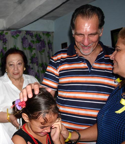 Esta niña lloraba porque con la multitud no lograba llegar hasta René y darle un beso.  Foto: Daylén Vega / Cubadebate.