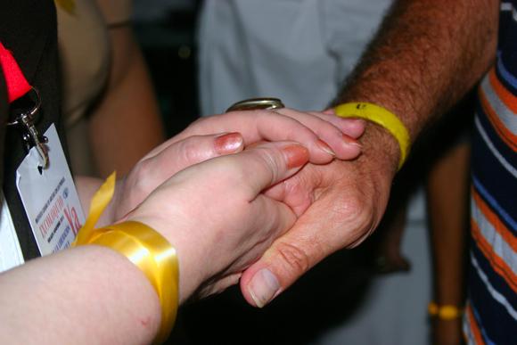 Apretón de manos entre René y una miembro de la delegación rusa. Foto: Daylén Vega / Cubadebate.