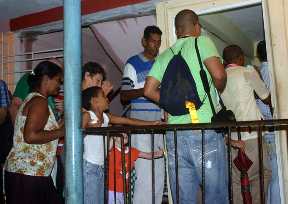 Holguineros reciben la visita de René en sus casas.  Foto: Daylén Vega / Cubadebate