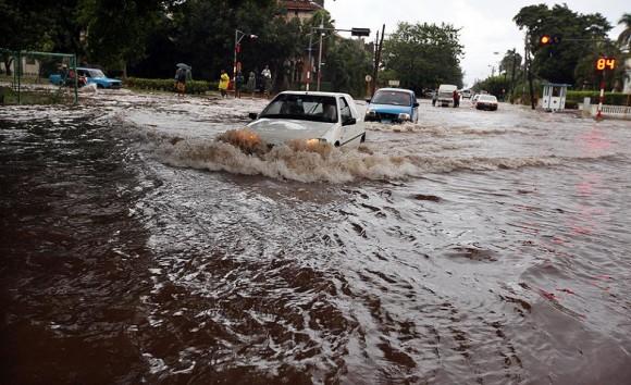 Fuertes aguaceros han estado cayendo sobre la capital cubana en las últimas 24 horas, provocando inundaciones en nuemoras calles y en las zonas más bajas. Foto: Alejandro Ernesto Pérez Estrada, Tomada de Facebook.