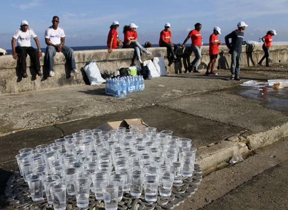 Agua, voluntarios. Marabana 2013. Foto: Ismael Francisco/Cubadebate.