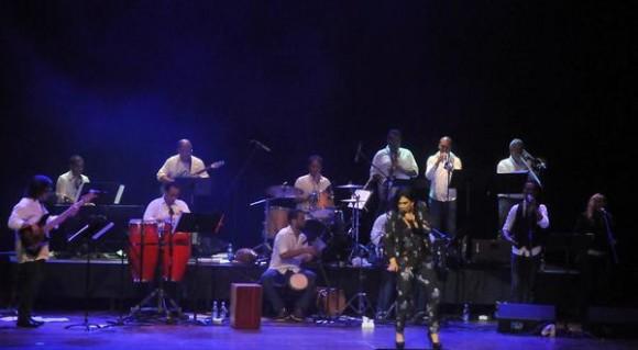 Actuación de la cantante dominicana Maridalia Hernández y su banda acompañante,  durante el concierto clausura del encuentro Voces Populares,  realizado en el  Teatro Nacional, en La Habana, Cuba, el 9 de noviembre de 2013 AIN FOTO/Oriol de la Cruz ATENCIO/