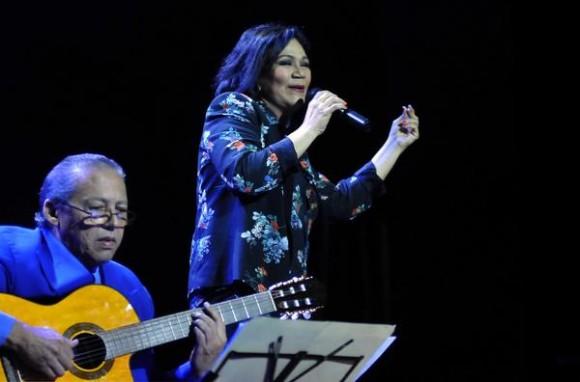 Actuación de la cantante dominicana Maridalia Hernández,  acompañada por el maestro Rey Montesinos,  durante el concierto clausura del encuentro Voces Populares,  realizado en el  Teatro Nacional, en La Habana, Cuba, el 9 de noviembre de 2013 AIN FOTO/Oriol de la Cruz ATENCIO