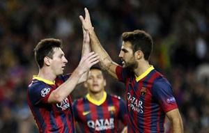 Messi celebra con Fábregas el segundo tercer gol del Barca