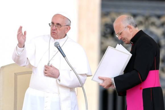 Alfred Xuereb asiste al papa Francisco. Foto: Getty Images.