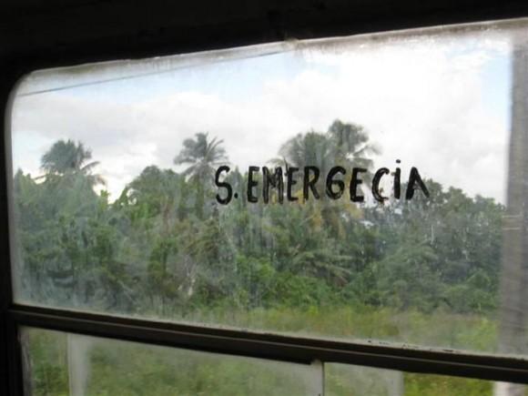 Señalización de la Salida de Emergencia en el Ómnibus que cubre la ruta Camajuaní-Vueltas en la provincia de Villa Clara. Ufff!!!!!!!. Foto: Amaurys Guevara Valdés/ Lector de Cubadebate en Villa Clara