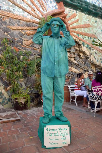 """Estatua viviente """"El Pensador Silvestre"""" representada por el artista cienfueguero Miguel Pérez Valdés, del Grupo Teatro de los Elementos, en homenaje al escritor e investigador villaclareño Samuel Feijóo, en el municipio Cumanayagua, en Cienfuegos, Cuba, el 12 de noviembre de 2013.  AIN  FOTO/Modesto GUTIÉRREZ CABO"""