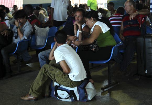 La larga espera. Foto: Ismael Francisco/Cubadebate.