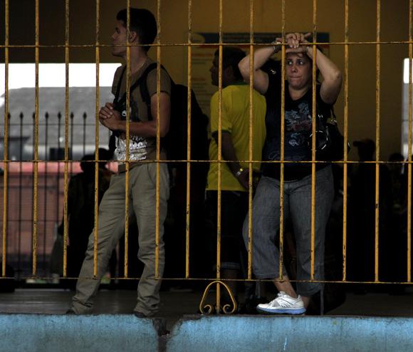 Esperando en La Coubre. Foto: Ismael Francisco/Cubadebate.
